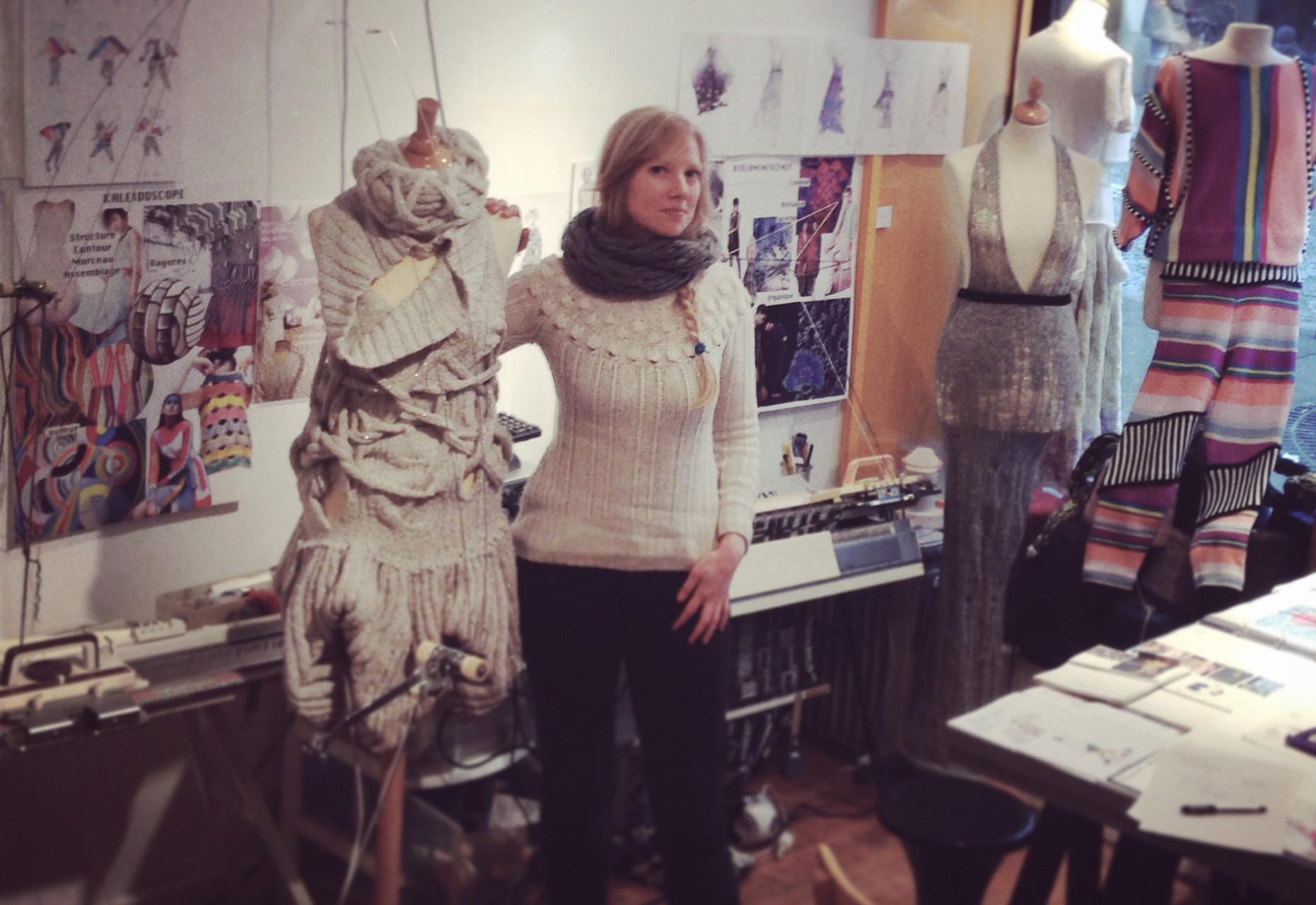Hello, I'm a knitwear designer. Bonjour, je suis styliste maille.